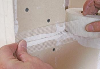 εφαρμογή ταινίας υαλοπλέγματος σε τοίχο