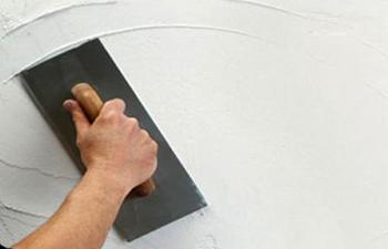 επιπέδωση πατητης τσιμεντοκονίας στον τοίχο