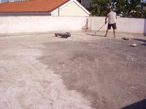 εργάτης καθαρίζει την ταράτσα για εφαρμοστεί το σύστημα μόνωσης durosol light roof