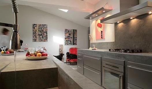 πάγκος κουζίνας και τοίχος με πατητή τσιμεντοκονία