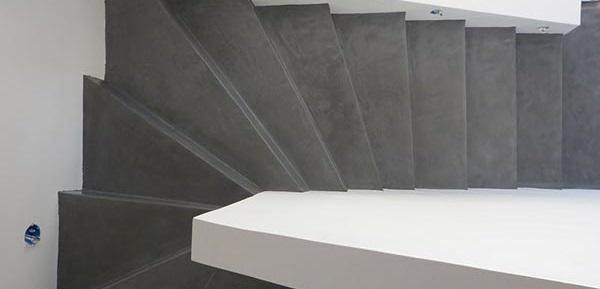 εσωτερικές σκάλες σπιτιού με πατητή τσιμεντοκονία