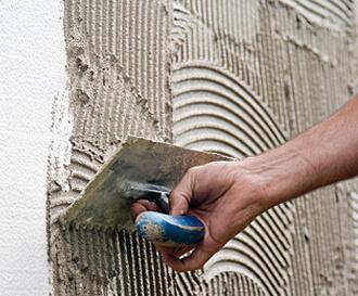 πρώτο χέρι πατητης τσιμεντοκονίας σε τοίχο