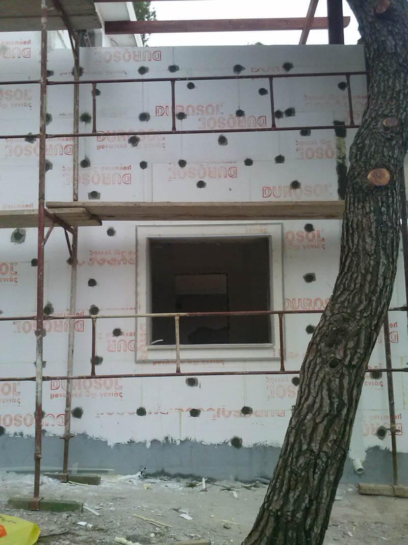 Τοίχος που έχουν τοποθετηθεί θερμομονωτικές πλάκες για θερμοπρόσοψη