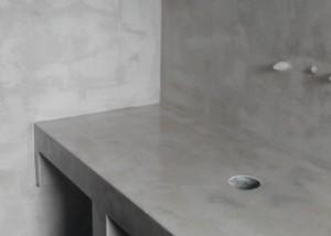 πατητη τσιμεντοκονια σε τοιχό και πάγκο σε μπάνιο
