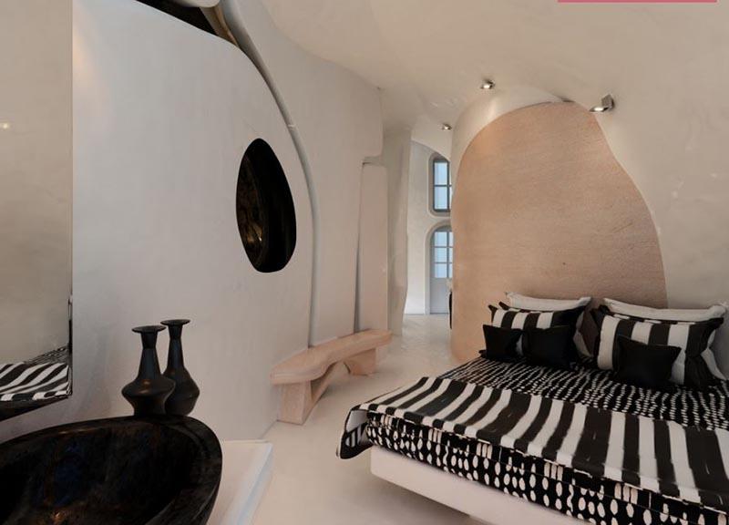 δωμάτιο ξενοδοχείου με πατητή τσιμεντοκονία στον τοίχο