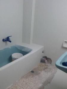 εργασίες εφαρμογής ασταριού και υαλοπλέγματος σε μπάνιο
