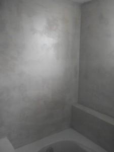 ολοκήρωση εφαρμογής πατητής τσιμεντοκονίας σε τοίχο μπανιου