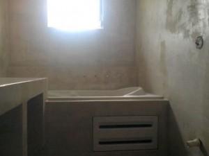 τελικό στάδιο εφαρμογής πατητης τσιμεντοκονίας σε μπάνιο