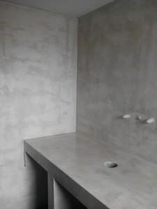 πατητη τσιμεντοκονία σε τοίχο και πάγκο μπάνιου