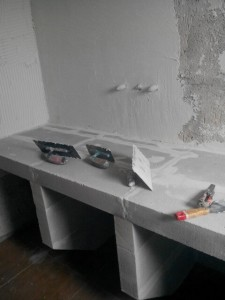 κονιαμα πατητης τσιμεντοκονίας σε τοίχο μπανιου