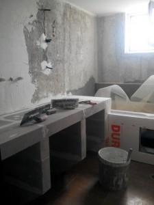 πάγκος και τοίχος μπάνιου που εφαρμόζεται κονιαμα για πατητη
