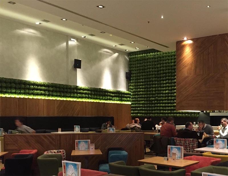 τοίχος με πατητή τσιμεντοκονία στα Palmie bistro