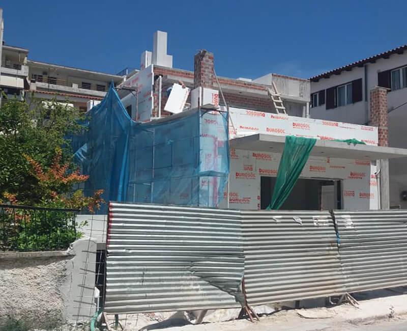 εργασίες σε εξέλιξη σε νεόκτιστη κατοικία στο Μαρούσι για την εφαρμογή εξωτερικής θερμομόνωσης